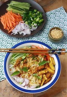 "Rice Noodle Salad with Spicy Lemongrass Dressing (use vegan ""fish"" sauce) Vegetarian Recipes, Cooking Recipes, Healthy Recipes, Cooking Tips, Spicy Asian Noodles, Summer Pasta Salad, Summer Salads, Easy Asian Recipes, Asian Cooking"