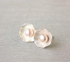 Light Pink Pearl stud earrings / romantic par SilverLinesJewelry, €36.78
