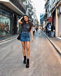 41 Stylish Denim Skirt Outfits Ideas For Women Denim Skirt Outfits, Rock Outfits, Spring Outfits, Casual Outfits, Cute Outfits, Black Denim Skirt Outfit Summer, Denim Overalls, Summer Skirt Outfits, Sweater Skirt Outfit