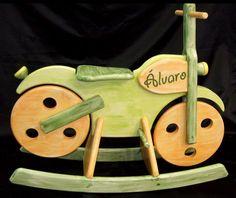 Moto de madera con balancin decorado a mano en los colores que tu elijas