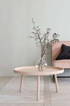 Soffbord i modern skandinavisk design med kant runt om. Skiva av MDF och böjträ. Ben massivt trä. Ø 79 cm. Höjd 40 cm. Bordskantens höjd 2,5 cm. Levereras omonterat.