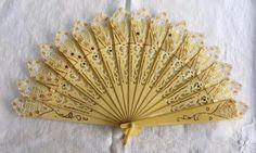 VINTAGE 1920 s ART DECO CREAM PIERCED CELLULOID& LACE BRISE FAN