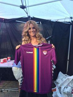 """El Deportivo Guadalajara ha añadido a sus camisetas, históricamente de color morado, la bandera arcoíris para """"rendir homenaje al movimiento LGBT, celebrar la igualdad, la inclusión y la unidad"""""""