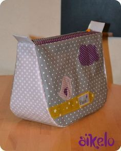 Oh, la jolie trousse ! Et quand on clique depuis le site, on accède au tuto ! Coin Couture, Couture Sewing, Diy Bags Purses, Diy Purse, Patchwork Bags, Quilted Bag, Sewing Tutorials, Sewing Projects, Creation Couture