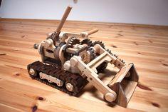 Ein wunderschönes, funktionales Holzspielzeug. Die Baupläne für dieses DIY Projekt können unter www.du-kannst-mitspielen.de erworben werden. Genau das Richtige für den ambitionierten Heimwerker! Ein tolles Spielzeug für jung und alt mit Mechanik (Zahnräder) zum Anfassen).