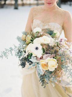 Attention, pensez à l'association de couleurs entre votre bouquet et votre robe | crédit Jake Andersen