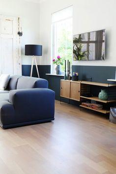 Stuevegg malt i fargen Oslo fra Jotun på halve veggen Navy Blue Sofa, Pink Sofa, Jotun Paint, Pantone, Salons Cosy, White Lounge, Bleu Indigo, Turbulence Deco, Cozy Living Rooms