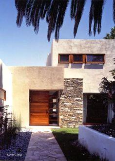 Fachada contemporánea incorpora piedra y carpintería de madera