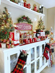 Small Christmas Trees, Cozy Christmas, Christmas Holidays, Country Christmas, Christmas Table Decorations, Holiday Decor, Holiday Style, Hot Cocoa Bar, Hot Chocolate Bars