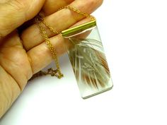 Colgante de resina y pluma, joyería en resina, joyería moderna, marrón, dorado 27€