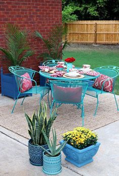 How To Paint Patio Furniture with Chalk Paint® is part of Metal patio furniture - Did you know you can use Chalk Paint® by Annie Sloan on exterior projects Check out this wrought iron patio set painted with Chalk Paint® decorative paint Painting Patio Furniture, Patio Furniture Makeover, Metal Patio Furniture, Rustic Furniture, Garden Furniture, Outdoor Furniture Sets, Outdoor Decor, Furniture Ideas, Furniture Layout