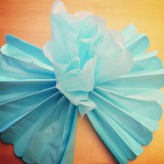 easy paper flowers Learn to make DIY Giant Tissue Paper Flowers in minutes for 50 cents a flower with this easy project tutorial. Create a huge impact at you party or wedding. Making Tissue Paper Flowers, Easy Paper Flowers, Tissue Flowers, Paper Flower Tutorial, Giant Paper Flowers, Butterfly Decorations, Paper Decorations, Diy Fleur Papier, Diy Paper
