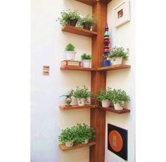 O cantinho da sua varanda também pode ser aproveitado para colocar vasinhos e alguns objetos de decoração em uma espécie de cantoneira de madeira.