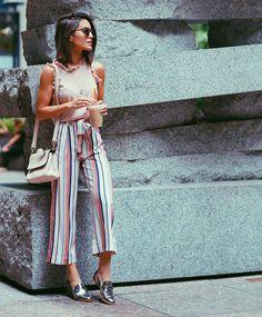 Camila Coelho during NYFW on her way to watch Akris fashion show wearing colorful striped pantacourt, a blush sleeveless with ruffles top, and metallic oxfords. A caminho do show de Akris usando pantacourt listrada, uma regata com babados e oxfords metali Basic Fashion, Girl Fashion, Fashion Looks, Fashion Outfits, Womens Fashion, Spring Summer Fashion, Spring Outfits, Look Office, Casual Outfits