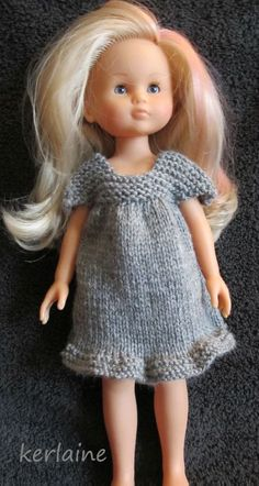 Ravelry: robe petites manches pattern by Christine Trotignon Knitting Dolls Clothes, Crochet Doll Clothes, Girl Doll Clothes, Barbie Clothes, Girl Dolls, Knitted Dolls Dress Pattern, Doll Dress Patterns, Clothing Patterns, American Girl Outfits