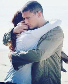 The way Michael hugs Sarah! Michael Scofield, Movies And Series, Tv Series, Rockmond Dunbar, Sara Tancredi, Wentworth Miller Prison Break, Michael And Sara, Broken Pictures, Sarah Wayne Callies