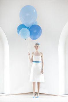 kurzes brautkleid mit corsage, betonung unter der brust, farbige bänder in blau- türkis- petrol, runde brautschuhe in blau- türkis eingefärbt (Foto: Hanna Witte) (http://www.noni-mode.de)