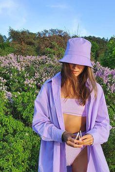 Το μωβ η πιο μοντέρνα εναλλακτική λύση έναντι του ροζ που έχουμε φορέσει τις τελευταίες εποχές που εγγυάται μια επιπλέον τολμηρή πινελιά! Lila Outfits, Purple Outfits, Colourful Outfits, Cute Casual Outfits, Ropa Color Pastel, Pastel Purple, Mode Purple, Purple Style, Mode Pastel