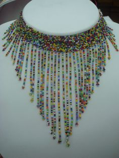 COLLAR EN CHAQUIRAS Y MOSTACILLAS CHECAS, Y CRISTALES SWAROVSKI ... How To Make Necklaces, Beading Projects, Collars, Beaded Necklace, Beads, Detail, Shakira, Jewelry, Google