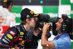 Sebastian Vettel ist einer der jüngsten und erfolgreichsten Formel 1-Piloten. Ein Bild seines Siegesjubels verbreitet auch in den eigenen vier Wänden gute Laune.