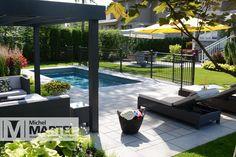 Aménagement paysager d'une cour arrière avec piscine à Carignan Backyard Pool Designs, Small Backyard Pools, Small Pools, Swimming Pools Backyard, Patio Design, Backyard Patio, Pergola With Roof, Home Landscaping, Outdoor Living