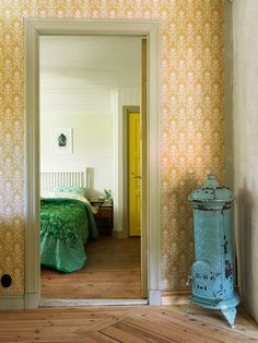 Your entryway is the first part of the home any visitor will encounter. Interior Wallpaper, Bedroom Wallpaper, Bedroom Red, World Of Interiors, Vintage Room, House Inside, Scandinavian Home, Cool Rooms, Home Decor Inspiration