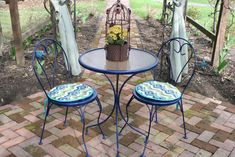 Outdoor Bistro Set Makeover: Inexpensive and effective way to spruce up an old bistro set that's been worn and rusted. 6 simple steps, 3 supplies for this adorable DIY fix up, sandpaper, a damp cloth and some Rust-Oleum Ultra Cover 2x gloss spray!
