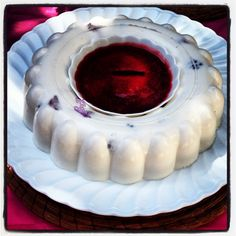 Gelatina de yogurt con salsa de fresa