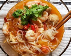 Who doesn't love a yummy bowl of tom yum soup with shrimps? Now throw in some no. Tom Yum Noodle Soup, Tom Yum Noodles, Rice Noodle Soups, Tom Yum Soup, Noodle Recipes, Healthy Eating Recipes, Diet Recipes, Healthy Dinners, Tom Yum Paste