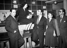 En 1948, elle le quitte pour l'amour de sa vie le futur champion du monde de boxe, Marcel Cerdan. Son grand amour se tuera dans un accident d'avion en 1949 sur un vol Paris-New York. Edith Piaf, déjà très affaiblie par sa polyarthrite aiguë, est anéantie par la perte de son homme.Photo: Edith Piaf et Marcel Cerdan trinquent le 17 mars 1948.