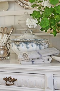 A Shabby Chic Living Room – Decorating On a Budget – Shabby Chic Talk White Cottage, Cozy Cottage, Cottage Living, Cottage Style, Vibeke Design, Deco Addict, Blue And White China, French Country House, French Decor