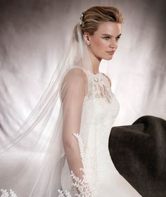 V-2886 - Wedding veil in white tulle with guipure appliqu