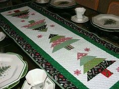 Artículos similares a Quilted Christmas Table Runner en Etsy Patchwork Table Runner, Table Runner And Placemats, Table Runner Pattern, Quilted Table Runners, Christmas Patchwork, Christmas Quilt Patterns, Christmas Quilting, Christmas Tree On Table, Christmas Runner