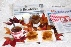 Colazione con tea , pane e marmellata di fichi .