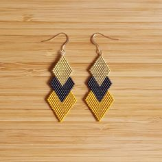 Earrings plated Or Gold Filled 14 k and Miyuki glass beads hand k gold plated beadsColors: Mustard, black matte and Gold Filled 14 k gold platedLength: 7 cm Seed Bead Jewelry, Bead Jewellery, Seed Bead Earrings, Beaded Jewelry, Diy Earrings, Gold Earrings, Brick Stitch Earrings, Bead Sewing, Bead Earrings