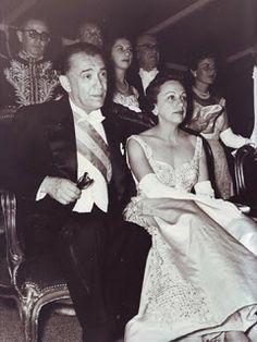 Sarah Kubitschek usa vestido feito na Casa Canadá especialmente para o baile de posse do então presidente, Juscelino.