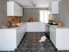 Modern White Kitchen / Concrete walls / Moroccan - Oriental Tiles in shades of Gray / Concrete Kitchen, Kitchen Tiles, Kitchen Dining, Kitchen Cabinets, Concrete Walls, Gray And White Kitchen, Cocinas Kitchen, Cuisines Design, White Walls