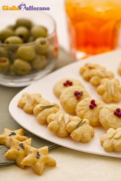 Ingredienti per 50 frollini circa Parmigiano reggiano grattugiato 100 gr, Farina 00 125, g Burro salato 80 g, Sale fino 1 pizzico, Pepe nero 1 pizzico. 180° 10'. Frollini parmigiano