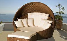 Duże łóżko z rattanu z zadaszeniem