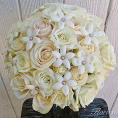 Classic combo of roses and stephanotis. #florissimowedding #florissimodesign