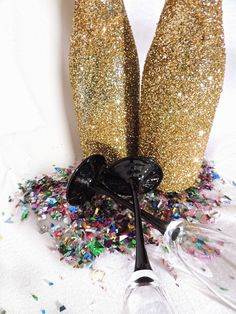 A celebration essential! DIY glitter champagne bottles. Confetti and champagne flutes