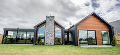 Contemporary NZ classic by Design Builders House Cladding, Facade House, House Roof, Modern Barn House, Modern House Design, Contemporary Design, Gable House, Gable Roof, Dream House Exterior