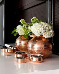 Objetos e vaso na cor rose gold