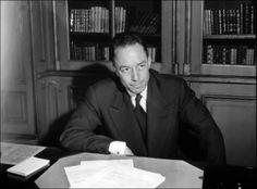 Albert Camus : De « L'Etranger » au « Choc des civilisations » -  Albert Camus : De « L'Etranger » au « Choc des civilisations »    Les créations d'Albert Camus s'étalent sur trois décennies, on pourrait même dire, pour l'essentiel, sur une décennie. Camus a parlé, dans ses Carnets, de « trois cycles » : absurde, révolte, amour. Ces cycles coexistent, dans sa tête, même s'ils n'apparaissent pas avec la même intensité au même moment dans l'œuvre et la vie d'Albert Camus...