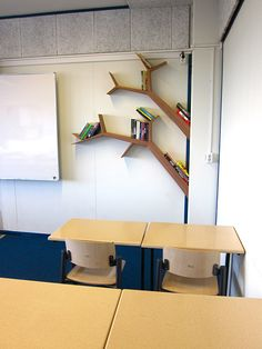 Deze opdracht kwam van een docent Nederlands van een school in Rotterdam. Haar doel was haar leerlingen aan te moedigen om meer boeken te lezen en zij wilde daarom de aanwezige leesboeken prominenter neerzetten. De boekenplanken in de vorm van boomtakken zijn geplaatst in een hoek die, op het moment van de gemaakte foto, nog geschilderd moest worden zodat dat de suggestie van de boomstam kan wekken en het één geheel wordt. €475