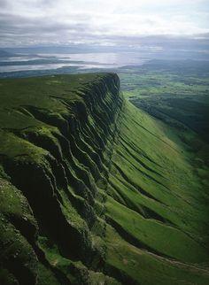 Ирландия – страна легенд, зеленых холмов и различных необычайных красот природы. И одним из таких странных, но прекрасных чудес, является гора Бен Балбен (Ben Bulben). Гора Бен Балбен находится в графстве Слайго, на крайнем северо-западе Ирландии, в 10 километрах севернее города Слайго. Высота горы составляет 527 метров. Бен Балбен возвышается над всем графством Слайго и является его символом. Наряду с Нокнари и Кроаг Патрик, Бен Балбен входит в число 3 известнейших гор Ирландии.