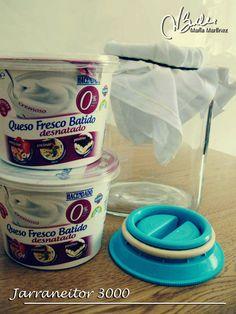 Hacer queso 0% en casa  Tan sólonecesitaremosun paño de hilo o de algodónuna jarrauna goma elástica para sujetar el paño a la jarraqueso fresco batido 0% o yogures naturales desnatados
