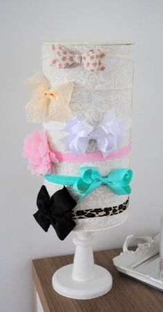 ORGANIZADOR DE FAIXAS Market Displays, Craft Show Displays, Ideas Joyería, Bow Tutorial, Diy Hair Bows, Display Shelves, Jewellery Display, Pet Shop, Baby Headbands