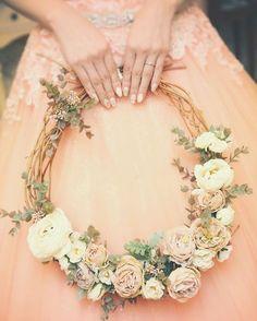 Hoop Bouquets?? Diy Wedding Bouquet, Wedding Wreaths, Diy Bouquet, Craft Wedding, Bride Bouquets, Bridesmaid Bouquet, Wedding Themes, Floral Wedding, Wedding Flowers