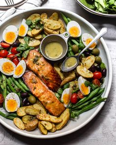Warm Salmon Niçoise Salad with Dijon Caper Vinaigrette Lauren in Balance is part of Salmon nicoise salad - This classic, chilled summer salad is getting a winter weather makeover with warm potatoes, green beans and broiled salmon Fish Recipes, Seafood Recipes, Dinner Recipes, Cooking Recipes, Salmon Salad Recipes, Warm Salad Recipes, Quick Healthy Meals, Healthy Recipes, Salmon Nicoise Salad